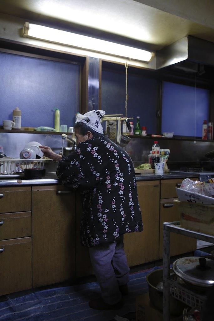 台所で炊事をするカヲルさん