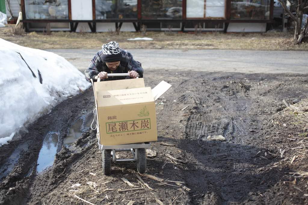 焼いた炭を運ぶカヲルさん